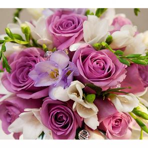Букет роз и фрезий