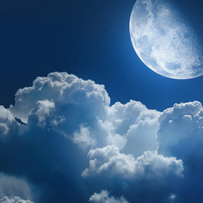 Луна над облаками