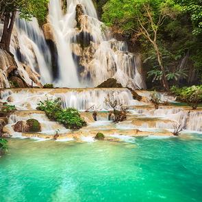 Водопад на голубом озере