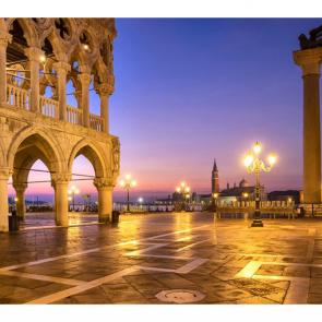 Венецианская площадь вечером