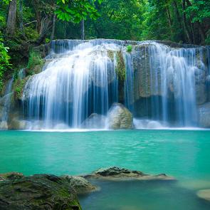 Водопад с камней