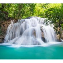 Шумный водопад в лесу